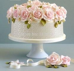 Торт з живими квітами і ягодами