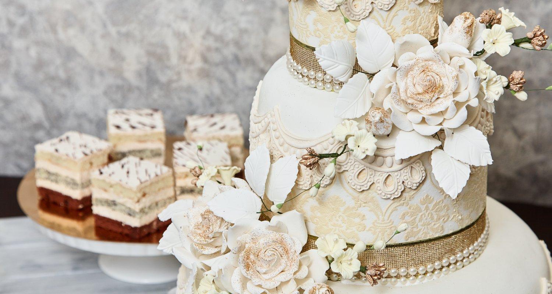 Випікаємо короваї та весільні торти на замовлення